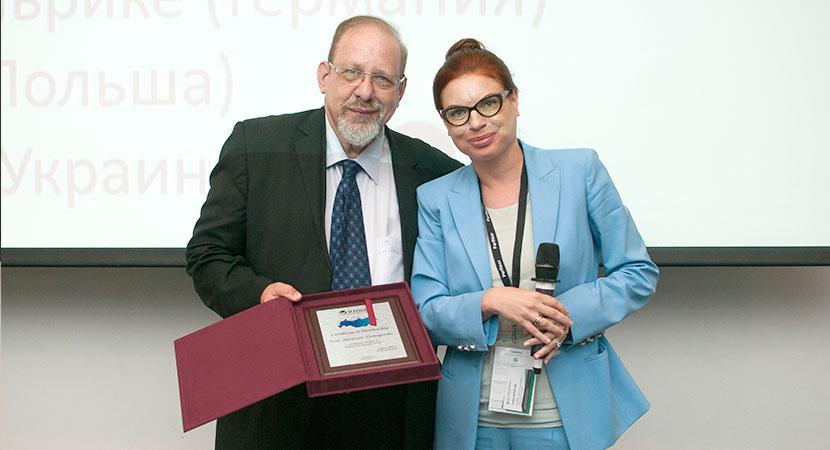 Презинет Русского общества исследования волос, Т.В.Силюк вручает сертификат почетного члена проф. Абрахаму Злотогорскому (Израиль)